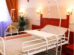 Niższy zasiłek chorobowy za czas pobytu w szpitalu