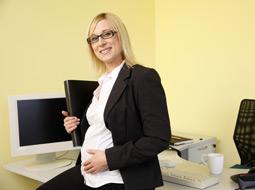 Praca przy monitorze ekranowym kobiety w ciąży